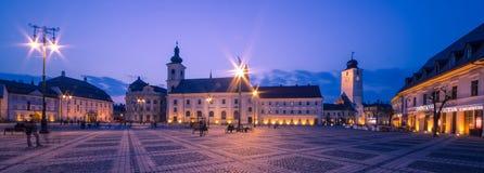 Sibiu-Mitte bis zum Nacht Stockbild