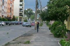 SIBIU, ROEMENIË - 15 JUNI 2016: Het meisje weerstaat de wind die een onweer in Sibiu, Roemenië brengt Stock Foto