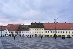 SIBIU, ROEMENIË - MAART 2016: Sibiu het stadsvierkant van de binnenstad en hoofd Stock Afbeelding