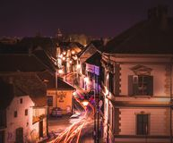 SIBIU, ROMÊNIA - 13 DE FEVEREIRO DE 2016: A rua do centro de SBeautiful com carro ilumina-se em Sibiu, Romênia Foto de Stock