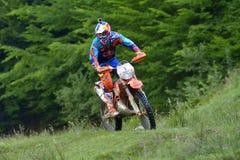 SIBIU, ROMÊNIA - 16 DE JULHO: Jonathan Walker que compete na reunião dura de Red Bull ROMANIACS Enduro com uma motocicleta da fáb Fotos de Stock Royalty Free