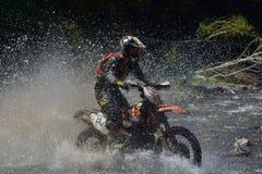 SIBIU, ROMÊNIA - 17 DE JULHO: Lars Enockl que compete na reunião dura de Red Bull ROMANIACS Enduro com uma motocicleta de KTM 300 Fotografia de Stock Royalty Free