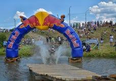 SIBIU, ROMÊNIA - 18 DE JULHO: Um concorrente na reunião dura de Red Bull ROMANIACS Enduro com uma motocicleta de KTM A reunião a  Fotos de Stock Royalty Free