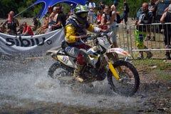 SIBIU, ROMÊNIA - 18 DE JULHO: Um copetitor na reunião dura de Red Bull ROMANIACS Enduro com uma motocicleta de KTM Imagens de Stock Royalty Free