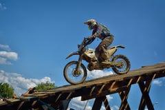 SIBIU, ROMÊNIA - 18 DE JULHO: Um copetitor na reunião dura de Red Bull ROMANIACS Enduro com uma motocicleta de KTM Imagem de Stock