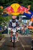 SIBIU, ROMÊNIA - 18 DE JULHO: Um copetitor na reunião dura de Red Bull ROMANIACS Enduro com uma motocicleta de KTM Fotos de Stock
