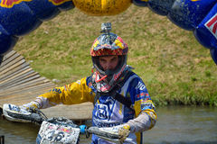 SIBIU, ROMÊNIA - 18 DE JULHO: Um copetitor na reunião dura de Red Bull ROMANIACS Enduro com uma motocicleta de KTM Fotografia de Stock Royalty Free