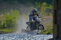 SIBIU, ROMÊNIA - 18 DE JULHO: Um copetitor na reunião dura de Red Bull ROMANIACS Enduro com uma motocicleta de KTM Fotografia de Stock
