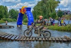 SIBIU, ROMÊNIA - 18 DE JULHO: Um copetitor na reunião dura de Red Bull ROMANIACS Enduro com uma motocicleta de KTM A reunião a ma Fotografia de Stock Royalty Free
