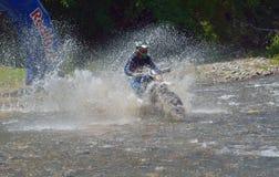 SIBIU, ROMÊNIA - 18 DE JULHO: Um copetitor na reunião dura de Red Bull ROMANIACS Enduro com uma motocicleta de KTM A reunião a ma Fotografia de Stock