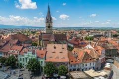 SIBIU, ROMÊNIA - 9 DE JULHO DE 2017: Uma vista ao centro histórico do Sibiu de cima de fotos de stock