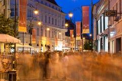 SIBIU, ROMÊNIA - 17 DE JUNHO DE 2016: Povos que passam perto em uma passagem pedestre durante o festival internacional do teatro  Fotografia de Stock