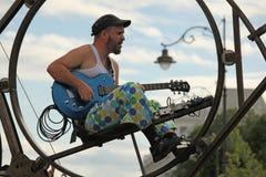 Chitarrista che gioca la chitarra blu Fotografie Stock