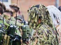 SIBIU, ROUMANIE - 1er décembre 2017 : Les soldats d'armée dans la formation montrent les armes à feu au défilé pour le jour natio Images stock