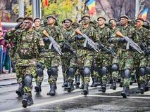 SIBIU, ROUMANIE - 1er décembre 2017 : Les soldats d'armée dans la formation montrent les armes à feu au défilé pour le jour natio Photo libre de droits