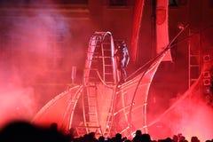Lumières rouges et effets spéciaux pendant le théâtre de rue Photographie stock