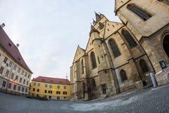24 12 2014 SIBIU, RUMÄNIEN Abstrakt sammansättning och arkitektoniska detaljer från evangelikal domkyrka Royaltyfri Bild