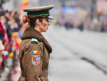 SIBIU, RUMÄNIEN - 1. Dezember 2017: Frauensoldat an der Parade für Rumänien-` s Nationaltag am 1. Dezember in Sibiu, Rumänien lizenzfreie stockbilder