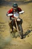 SIBIU, RUMÄNIEN - 18. JULI: Andreas Toifl, der in harter Enduro Sammlung Red Bulls ROMANIACS mit einem SHAL-Motorrad konkurriert Stockbilder