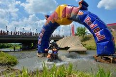SIBIU RUMÄNIEN - JULI 18: Dylan Yearbury som konkurrerar i Red Bull ROMANIACS hårda Enduro, samlar med en shal motorcykel Arkivfoton