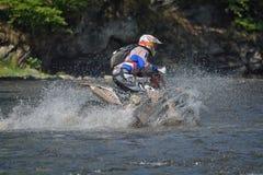 SIBIU, RUMÄNIEN - 18. JULI: Ein copetitor in harter Enduro Sammlung Red Bulls ROMANIACS mit einem KTM-Motorrad Die härteste endur Lizenzfreies Stockfoto