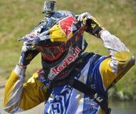 SIBIU RUMÄNIEN - JULI 16: En konkurrent i Red Bull ROMANIACS hårda Enduro samlar Den mest hårda enduroen samlar i världen Juli 16 Royaltyfria Bilder