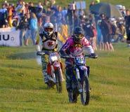 SIBIU, RUMÄNIEN - 16. JULI: Janne Porvari und Tiit Tomp, die in Red Bull ROMANIACS harter Enduro konkurrieren, sammeln Die härtes Stockbilder