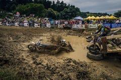 SIBIU RUMÄNIEN, JULI 16, 2016: Konkurrenter på Red Bull ROMANIACS hårda Enduro samlar Fotografering för Bildbyråer