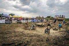 SIBIU RUMÄNIEN, JULI 16, 2016: Konkurrenter på Red Bull ROMANIACS hårda Enduro samlar Arkivbild