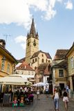 Sibiu - Rumänien, am 18. Juli 2017: Leute auf der Mitte der Stadt Stockbilder