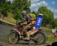 SIBIU RUMÄNIEN - JULI 16: Okända som konkurrerar i Red Bull ROMANIACS hårda Enduro, samlar med en motorcykel för KTM 300 Royaltyfria Bilder