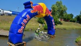 SIBIU RUMÄNIEN - JULI 18: Okända som konkurrerar i Red Bull ROMANIACS hårda Enduro, samlar med en motorcykel för KTM 300 Arkivfoto