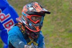 SIBIU RUMÄNIEN - JULI 18: Okända som konkurrerar i Red Bull ROMANIACS hårda Enduro, samlar med en motorcykel för KTM 300 Fotografering för Bildbyråer