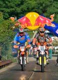SIBIU RUMÄNIEN - JULI 18: Okända som konkurrerar i Red Bull ROMANIACS hårda Enduro, samlar med en motorcykel för KTM 300 Royaltyfria Bilder