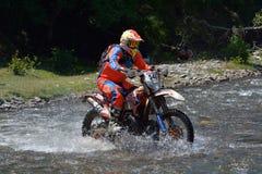 SIBIU RUMÄNIEN - JULI 18: Paul McKie som konkurrerar i Red Bull ROMANIACS hårda Enduro, samlar med en EurotekKTM motorcykel Arkivbilder