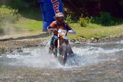 SIBIU RUMÄNIEN - JULI 18: Paul Philipp som konkurrerar i Red Bull ROMANIACS hårda Enduro, samlar med en Korber motorcykel Royaltyfri Bild