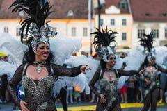 SIBIU RUMÄNIEN - 17 JUNI 2016: Medlemmar av dansare för Torrevieja karnevalgrupp under Sibiu internationell teaterfestival, i Sib Arkivfoto