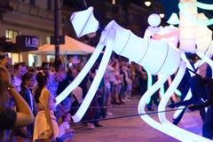 SIBIU, RUMÄNIEN - 17. JUNI 2016: Mitglieder der hellen Tänzer gruppieren die Ausführung während des internationalen Theater-Festi lizenzfreies stockfoto