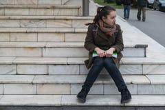 SIBIU, RUMÄNIEN - 4. MÄRZ 2016: Ein Student bei der Aufwartung auf die Treppe in Sibiu, Rumänien Stockbilder
