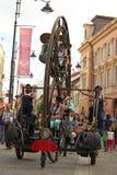 Drehendes metallisches Rad mit einer Gruppe Sängern Stockfotos