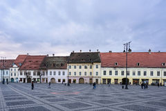 SIBIU RUMÄNIEN - MARS 2016: Sibiu stadscentrum och huvudsaklig fyrkant Fotografering för Bildbyråer