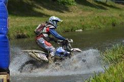 SIBIU, RUMANIA - 16 DE JULIO: Benjamin Crookenden que compite en la reunión dura de Red Bull ROMANIACS Enduro con un motorcy de T Fotos de archivo