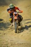 SIBIU, RUMANIA - 18 DE JULIO: Chris Perry que compite en la reunión dura de Red Bull ROMANIACS Enduro con una motocicleta del ext Imágenes de archivo libres de regalías