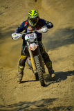 SIBIU, RUMANIA - 18 DE JULIO: Dougy Herberto que compite en la reunión dura de Red Bull ROMANIACS Enduro con una motocicleta de K Imagen de archivo libre de regalías