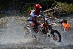 SIBIU, RUMANIA - 18 DE JULIO: Ed Uding que compite en la reunión dura de Red Bull ROMANIACS Enduro con una motocicleta delorean d Foto de archivo libre de regalías