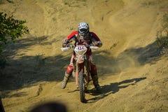 SIBIU, RUMANIA - 18 DE JULIO: Michael Schindlauer que compite en la reunión dura de Red Bull ROMANIACS Enduro con una motocicleta Fotografía de archivo