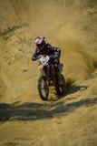 SIBIU, RUMANIA - 18 DE JULIO: Taylor Grey que compite en la reunión dura de Red Bull ROMANIACS Enduro con una motocicleta de KTM  Imagenes de archivo
