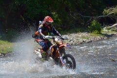 SIBIU, RUMANIA - 18 DE JULIO: Travis Teasdale que compite en la reunión dura de Red Bull ROMANIACS Enduro con una motocicleta de  Foto de archivo