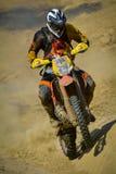 SIBIU, RUMANIA - 18 DE JULIO: Un competidor en la reunión dura de Red Bull ROMANIACS Enduro con una motocicleta de KTM La reunión Fotografía de archivo libre de regalías