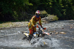 SIBIU, RUMANIA - 18 DE JULIO: Un copetitor en la reunión dura de Red Bull ROMANIACS Enduro con una motocicleta de KTM Foto de archivo